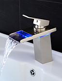 preiswerte Herren Unterwäsche & Socken-Waschbecken Wasserhahn - Wasserfall / LED Gebürsteter Nickel Mittellage Einhand Ein LochBath Taps / Messing