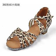 baratos Sapatilhas de Dança-Sapatos de Dança Latina Cetim / Tecido Sandália / Salto Presilha Salto Robusto Personalizável Sapatos de Dança Prata / Marron / Leopardo