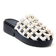 preiswerte -Damen Schuhe PU Frühling Sommer Komfort Cloggs & Pantoletten Flacher Absatz Runde Zehe Imitationsperle Weiß / Schwarz / Rosa