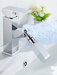 Недорогие -Ванная раковина кран - Вытяжная лейка Хром По центру Одно отверстие / Одной ручкой одно отверстиеBath Taps
