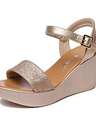 preiswerte -Damen Schuhe Künstliche Mikrofaser Polyurethan Sommer Fersenriemen Sandalen Keilabsatz Peep Toe Schnalle Weiß / Schwarz / Rot