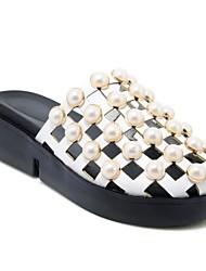 Недорогие -Жен. Обувь Полиуретан Весна лето Удобная обувь Башмаки и босоножки На плоской подошве Круглый носок Искусственный жемчуг Белый / Черный / Розовый