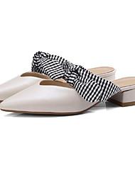 baratos -Mulheres Sapatos Pele Napa Verão Conforto Tamancos e Mules Salto Robusto Dedo Fechado Preto / Bege