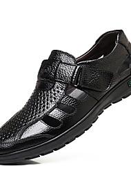 Недорогие -Муж. Комфортная обувь Кожа Лето Сандалии Черный / Коричневый