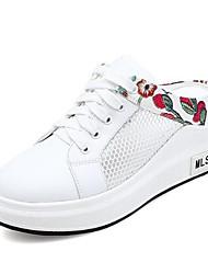 Недорогие -Жен. Полиуретан Весна / Лето Удобная обувь Башмаки и босоножки На плоской подошве Закрытый мыс Белый / Черный