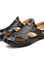 abordables -Homme Chaussures de confort Cuir / Polyuréthane Eté Simple Sandales Ne glisse pas Noir / Marron