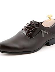 baratos -Homens Sapatos Confortáveis Couro Ecológico Outono Casual Oxfords Não escorregar Preto / Marron / Branco