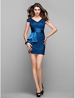 billiga Cocktailklänningar-Åtsmitande V-hals Kort / mini Spets Cocktailfest / Bal Klänning med Sidodraperad av TS Couture®