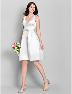 A-Şekilli V-Yaka Diz Boyu Saten Nedime Elbisesi ile Fiyonk tarafından LAN TING BRIDE®
