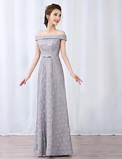 billiga Aftonklänningar-A-linje Off shoulder Golvlång Spets Bal / Formell kväll Klänning med Rosett(er) / Spets / Bälte / band av TS Couture®